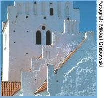 close up af hvid landsbykirks tårn